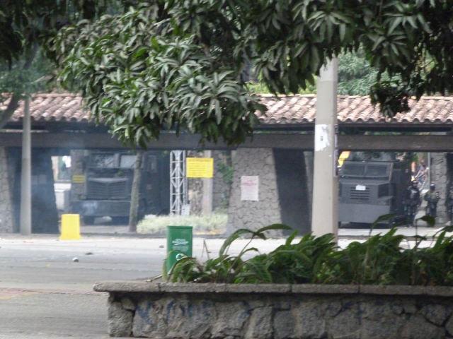 Foto: Durante las protestas de marzo de 2012, el gobernador de Antioquia, Sergio Fajardo, permitió el ingreso del ESMAD al campus universitario. Foto tomada del Facebook Prensa Estudiantil. Video: Ingreso del ESMAD a la Universidad el 14 de marzo de 2012. Video tomado del canal de Youtube Telesperanza.