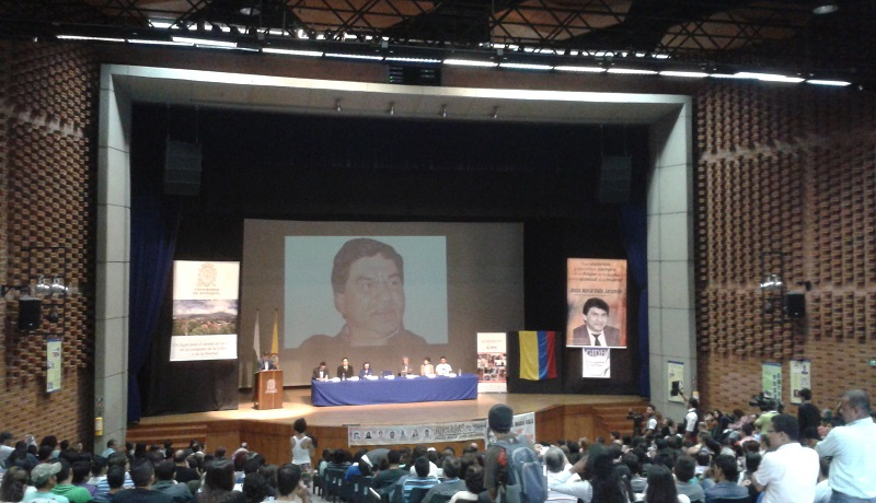 Al acto de perdón del Estado en la Universidad de Antioquia prosiguió un foro de derechos humanos. Artículos tomados de El Colombiano.com y el la Agencia de Prensa IPC. Fotografìa tomada de la Agencia de ^rensa IPC.
