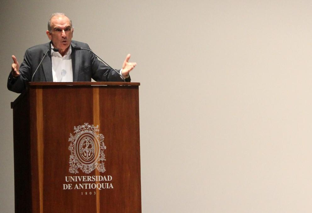 """""""Uno no desarma una guerrilla para luego incumplir, ese es un acto de perfidia"""": Humberto de la Calle"""